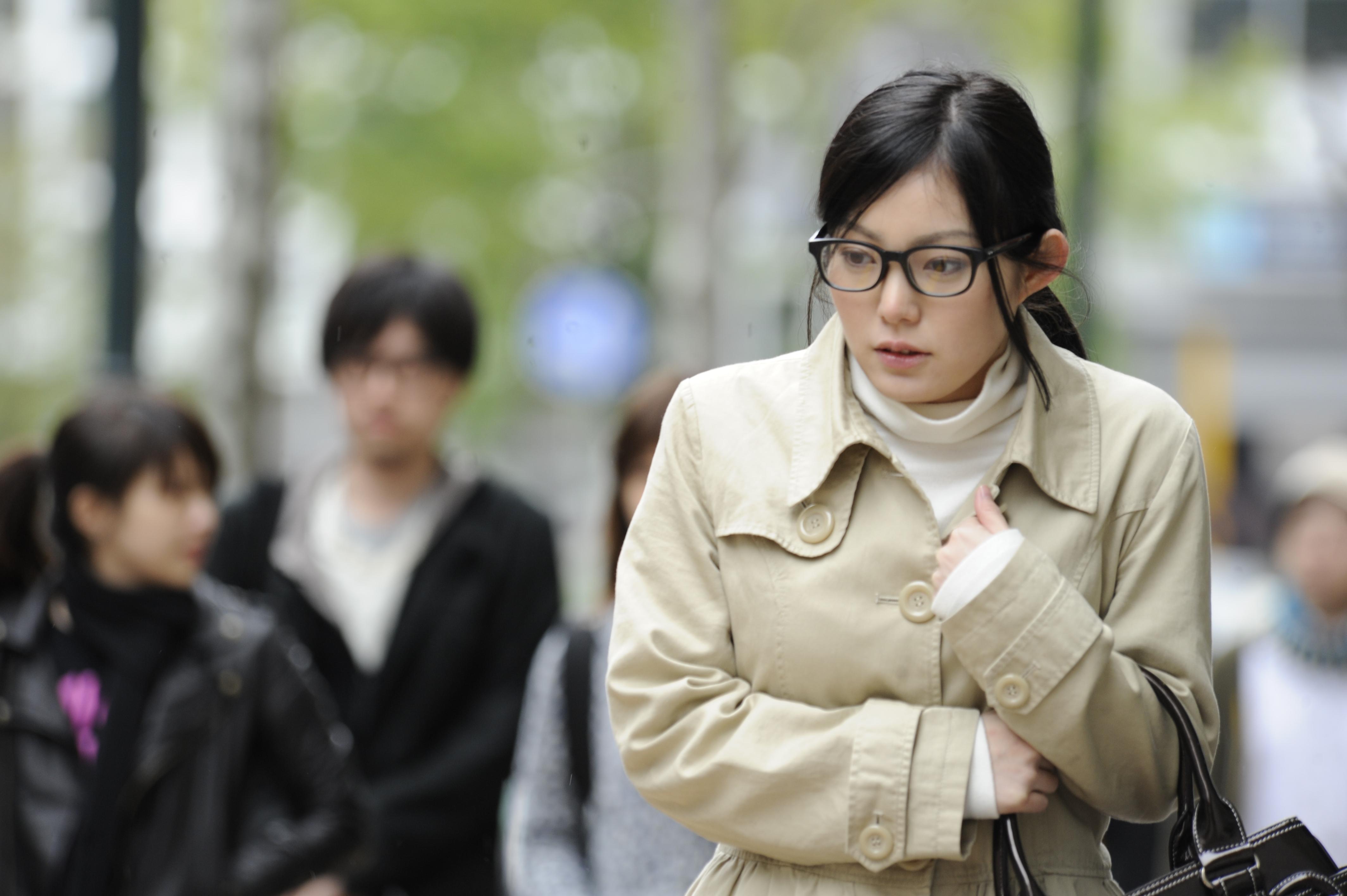 Молодой скромной офисной девушке прохожий на улице делает предложение попробовать себя...